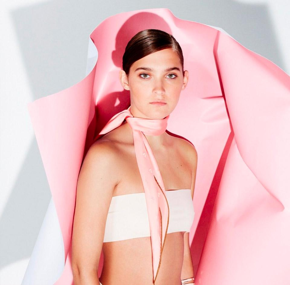 The Ducker - modella con foulard seta rosa baby al collo, by hermès