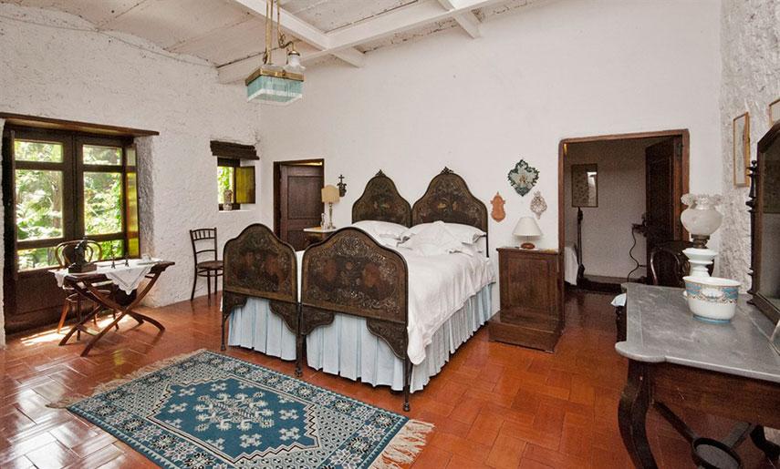 La masseria - grande camera da letto ove troneggia, centrale, il grande letto rustico. Arredo antico e di splendida fattura