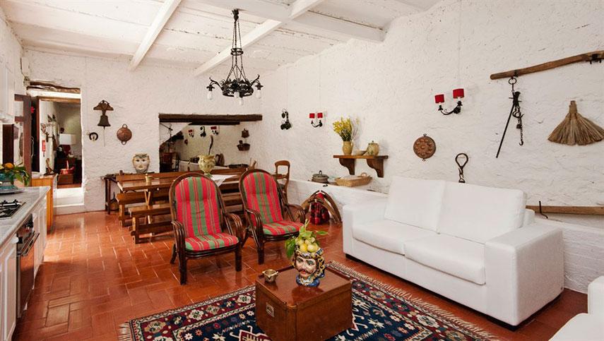 La Masseria Moscala - Particolare della sala da pranzo e zona giorno: grandi divani bianchi si accostano ai caldi colori rustici dell'arredamento