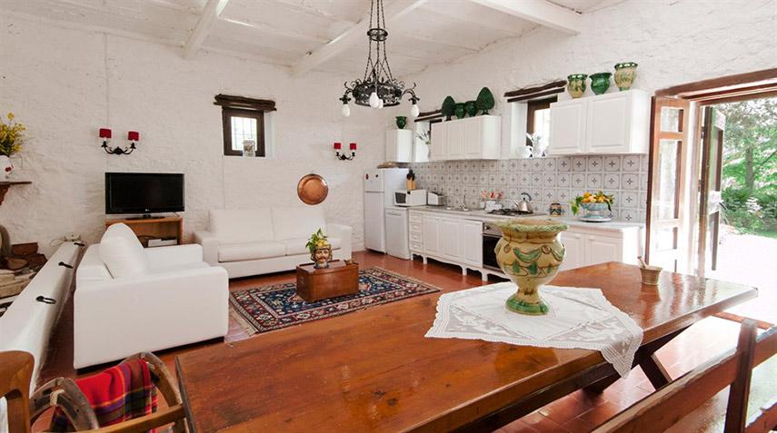 La Masseria Moscala - la cucina e sala da pranzo, in primo piano il grande tavolo fratino