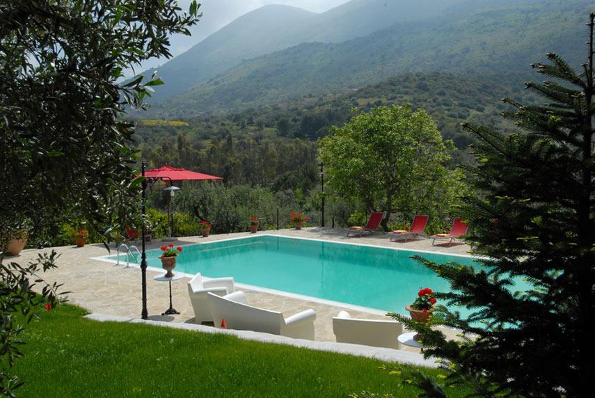 La Masseria Moscala - vista della piscina immersa nel verde