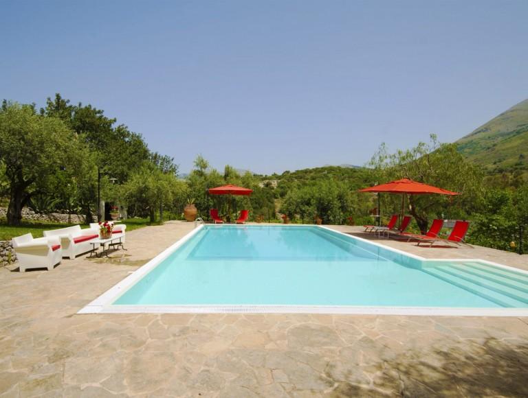 la masseria - vista della superba piscina inserita nel lussureggiante giardino