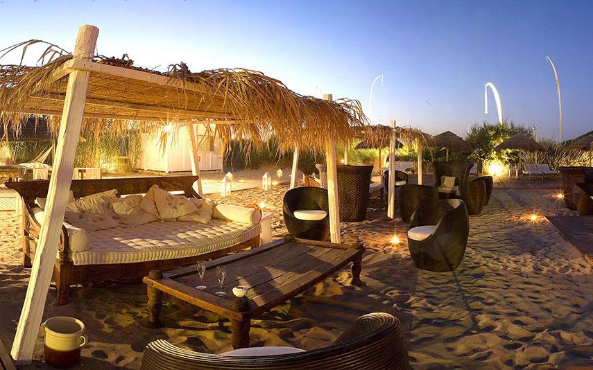 The Ducker - Masseria Torre Maizza - Resort Lusso in Puglia - in spiaggia allestimenti midollino e legno