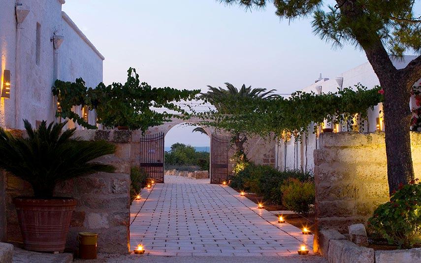 The Ducker - Masseria Torre Maizza - Resort Lusso in Puglia - viale d'ingresso illuminazione serale