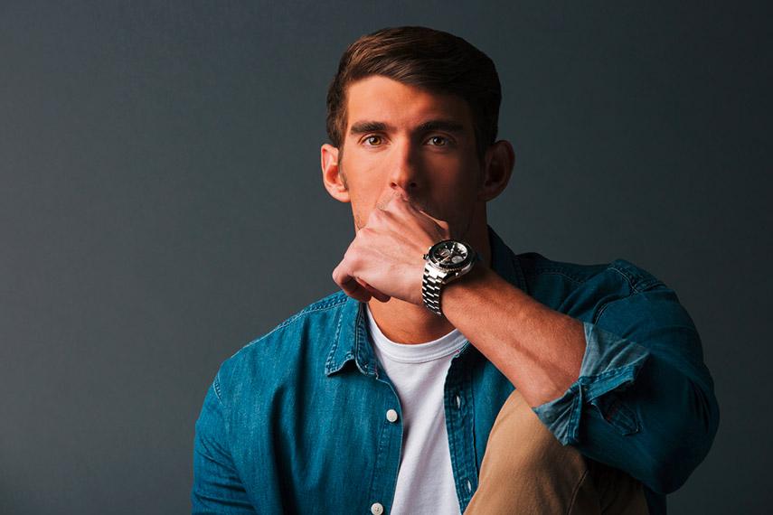 Michael Phelps Rio - Omega intervista - il nuotatore in posa con omega al polso posa seria