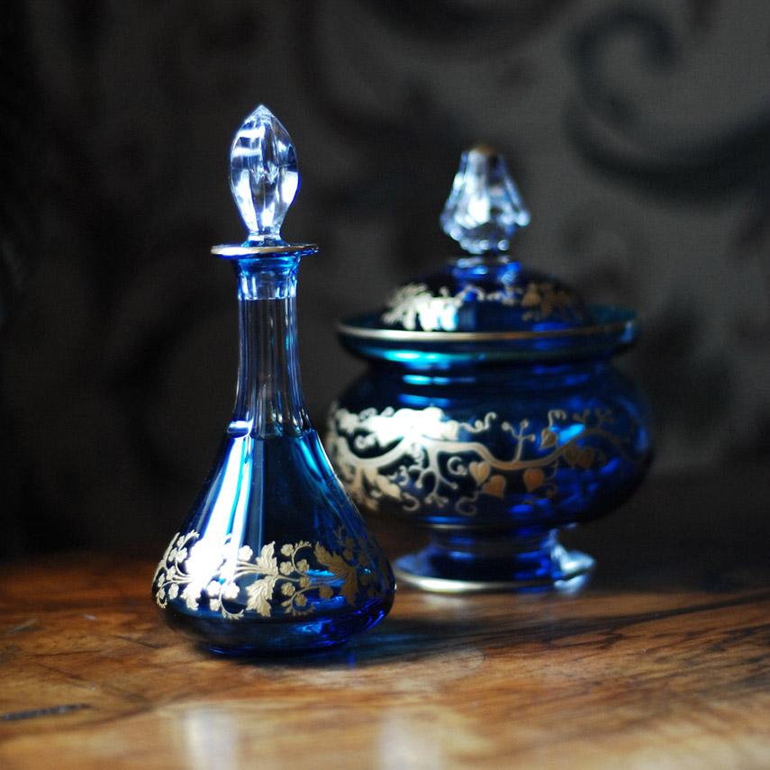 Crystal Saint Louis - bottiglia con tappo e coppa con coperchio in cristallo blu con disegni in oro
