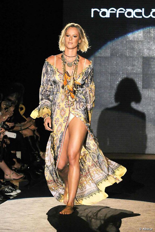 Federica Pellegrini sfilata Raffaelle D'Angelo - Caftano Lungo Fantasia Estate 2014