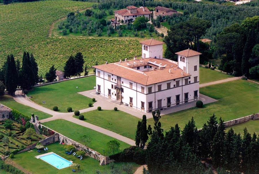 Residenze d'epoca Villa Le Corti - la tenuta ripresa dall'alto