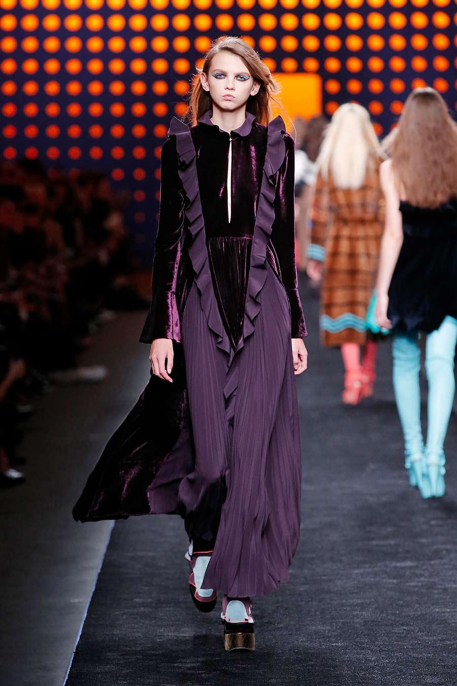 velluto - sfilata fendi donna - modella in passerella con abito bordeaux