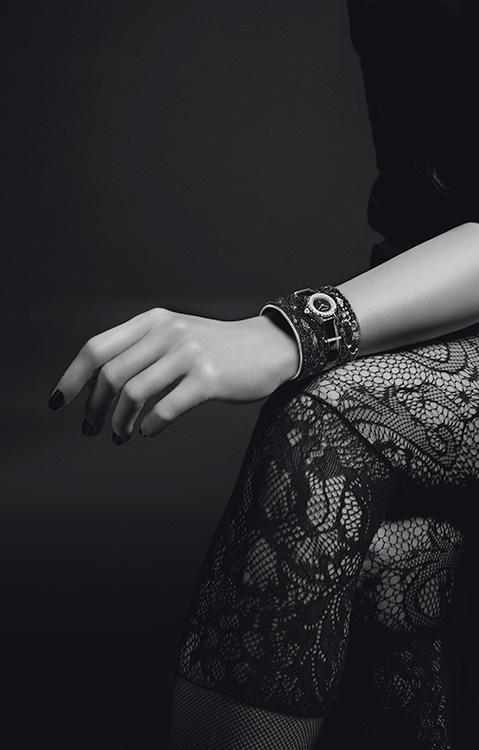 J12 Chanel - lesage noire - braccio modella in posa