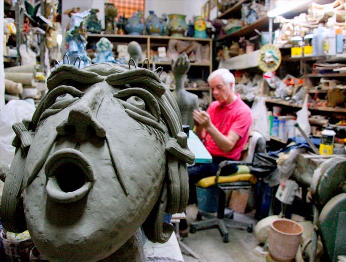 ceramista - Patti lavora nel suo laboratorio