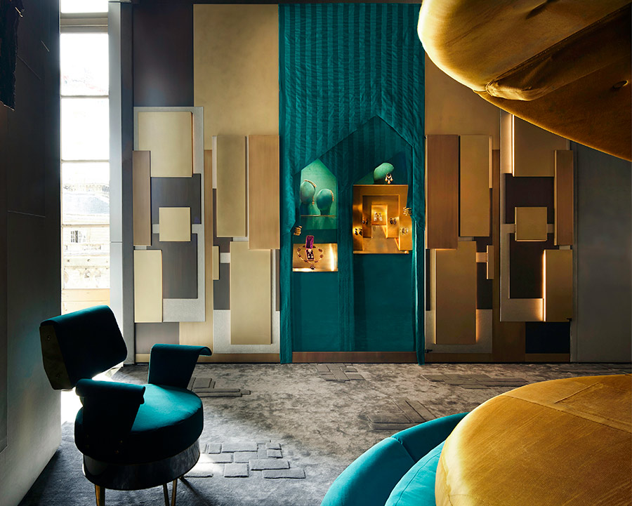 progettazione interni - una porzione del letto e la parete con i gioielli