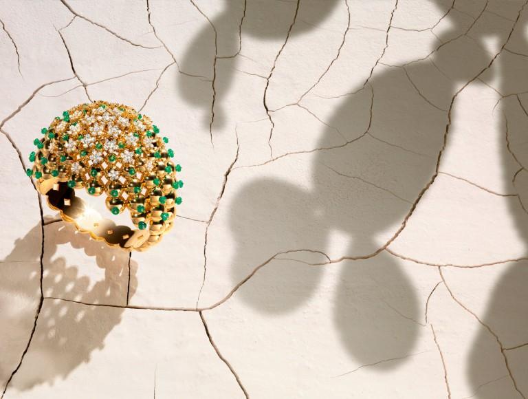 Cactus de Cartier - img copertina - bracelet, 18-carat yellow gold, emeralds, set with 204 brilliant-cut diamonds.