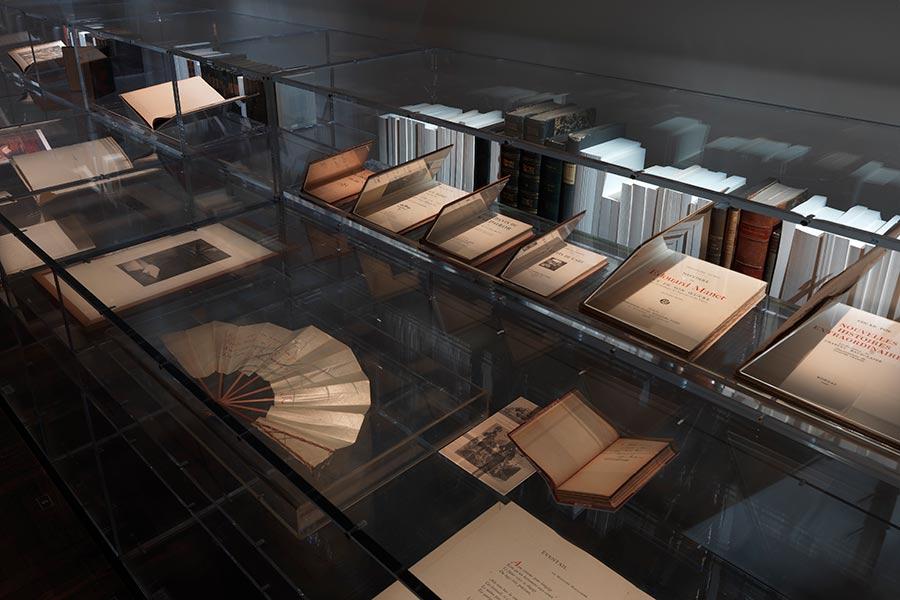 gabrielle chanel - le teche di vetro con alcuni libri antichi