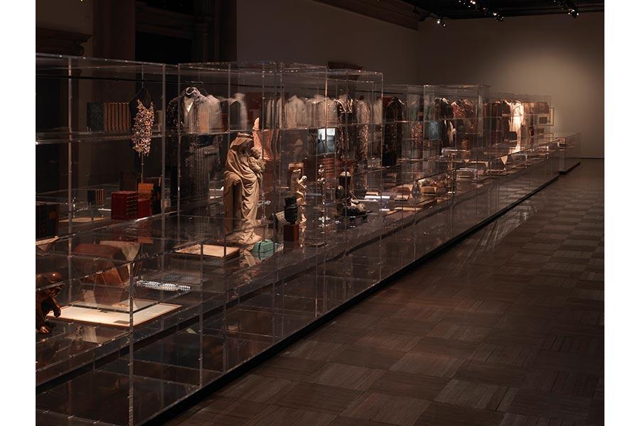 gabrielle chanel - teche di vetro con pezzi da collezione oggetti, abiti