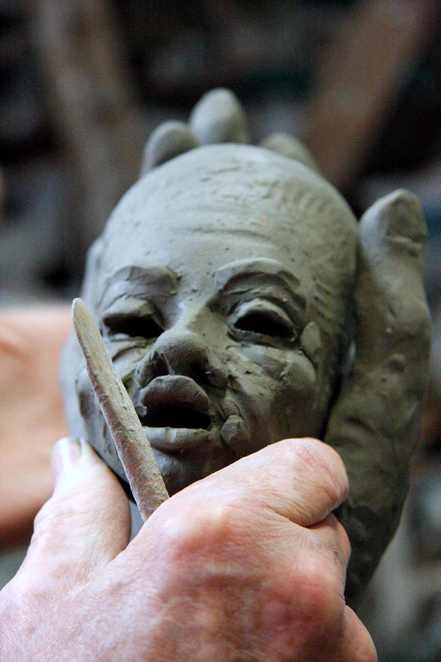 ceramista - Patti realizza un volto