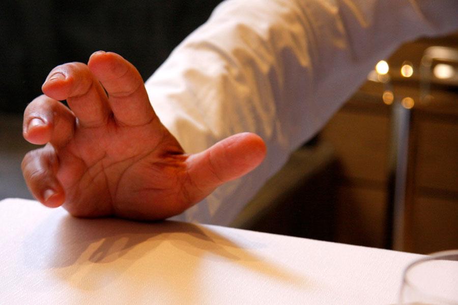 Pino Cuttaia - la mano dello chef mentre parla