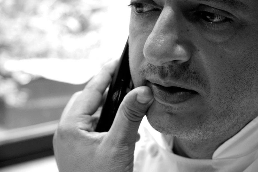 Pino Cuttaia - lo chef al telefono - foto bianco e nero