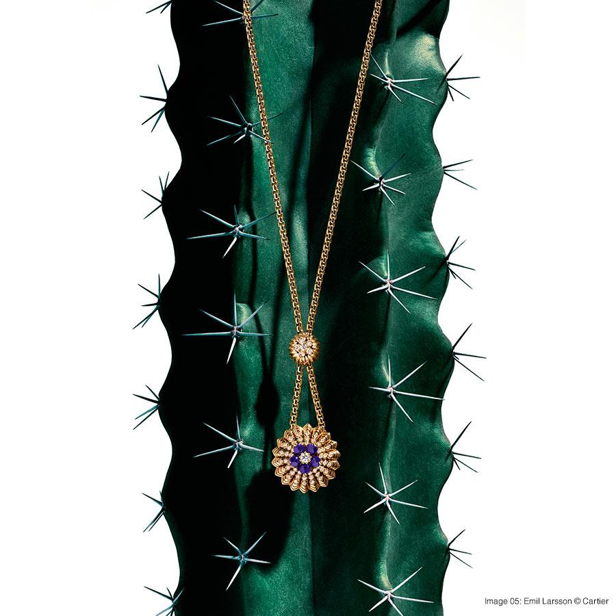 Cactus de Cartier necklace, 18K yellow gold, lapis lazuli, set with 61 brilliant-cut diamonds. Foto 05