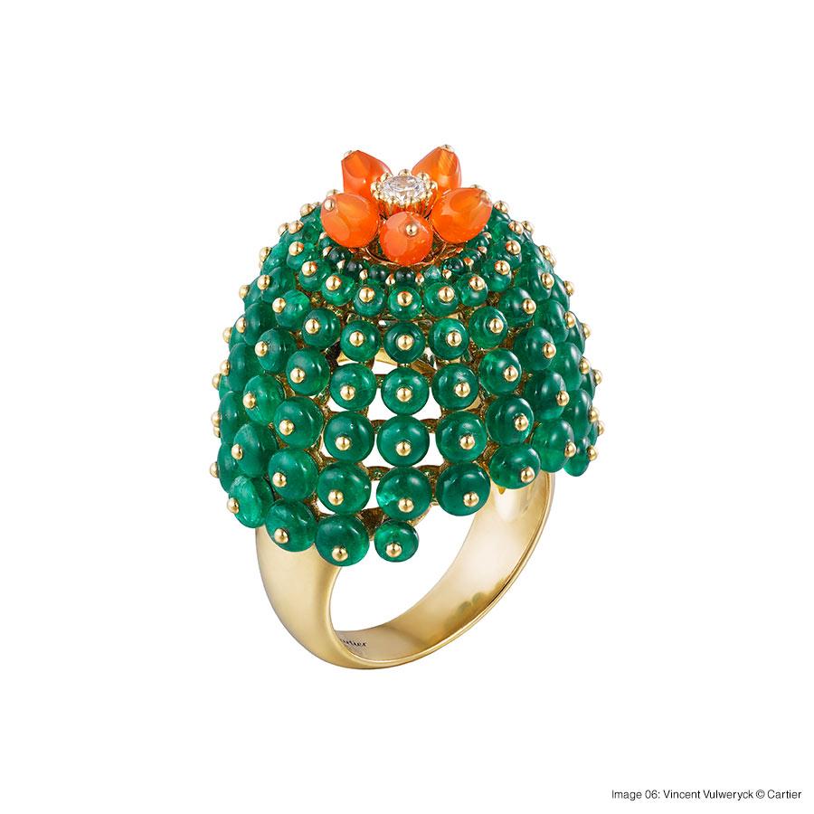 Cactus de Cartier ring, 18-carat yellow gold, emeralds, carnelians, set with a brilliant-cut diamond. Foto 06