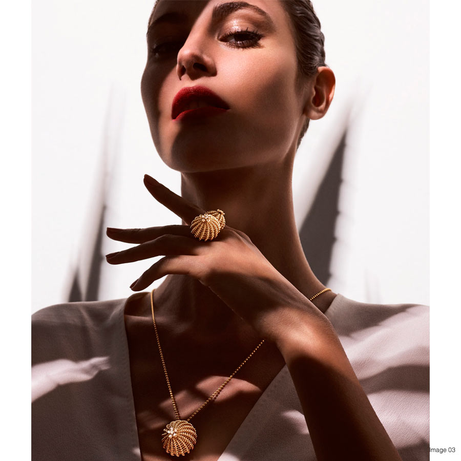 Foto 03 Cactus de Cartier ring, 18-carat yellow gold, set with 12 brilliant-cut diamonds. Cactus de Cartier necklace, 18K yellow gold, set with 6 brilliant-cut diamonds. Credits Txema Yeste © Cartier