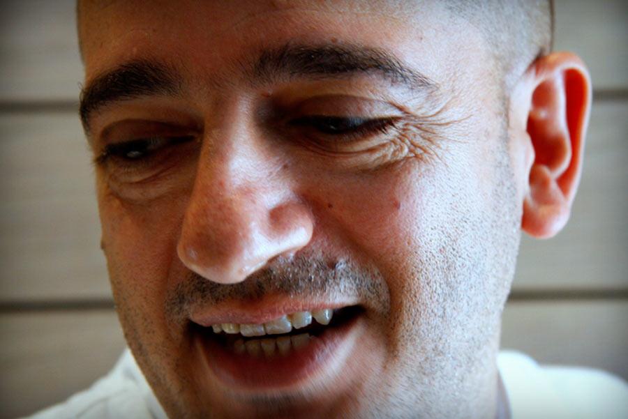 Pino Cuttaia, sguardo abbassato sorriso sincero
