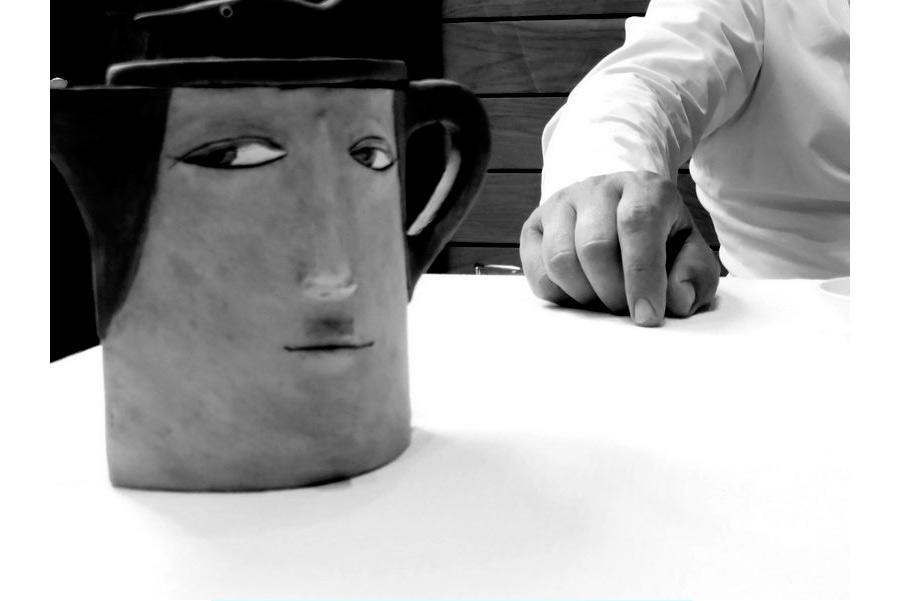 pino cuttaia dettaglio su mano dello chef e brocca con faccia - foto in bn