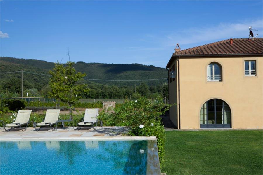 SPA in Toscana - Il Borro, esterno della piscina e parte della struttura