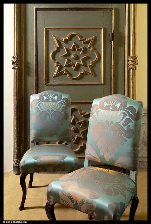 tessuti lisio sedie rivestite davanti a porta storica