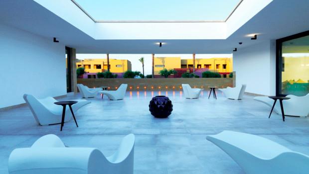 verdura resort sala bianca con vista sul giardino con allestimenti design