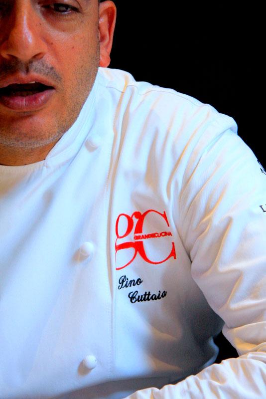 pino cuttaia lo chef parla con la redazione in camice da cuoco