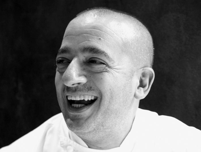 Pino Cuttaia - ritratto sorridente in bianco e nero per la copertina