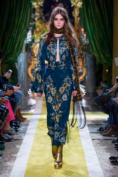 velluto - modella sfilata roberto cavalli indossa gonna + blusa blu con decori floreali oro
