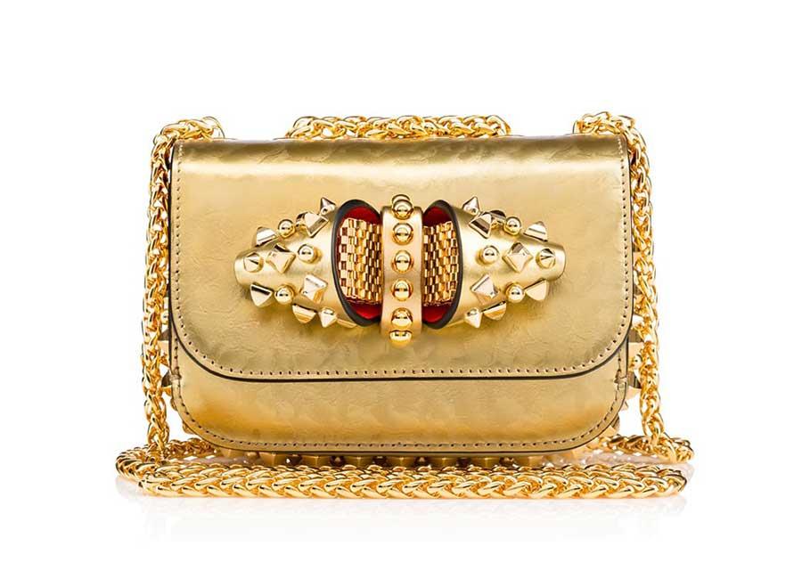 Alta Moda: Sweety Charity Mini Chain Bag – Borsetta in vitello dorato, moderna ed elegante decorata con un fiocco gioiello che la rende sofisticata. La tracolla in catena dorata può essere regolata e tenuta lunga o doppia a seconda del proprio look - Credits: Christian Louboutin