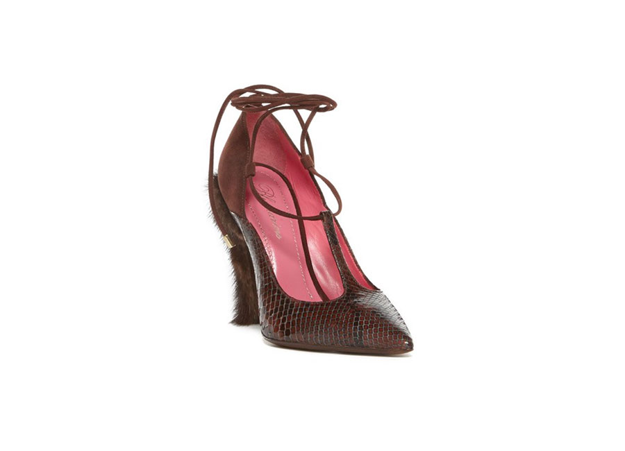 Café Society: scarpa di Blumarine a punta, in pitone con lacci in camoscio alla caviglia e tacco ricoperto in visone.