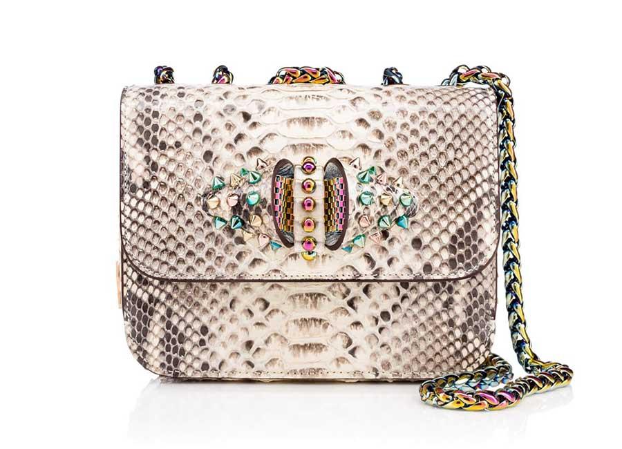 Alta Moda: Sweet Charity Baby Chain Bag – Borsa in pitone di media grandezza, ideale per tutti i giorni. Arricchita da un fiocco decorato con borchiette. La tracolla è regolabile. Credits: Christian Louboutin
