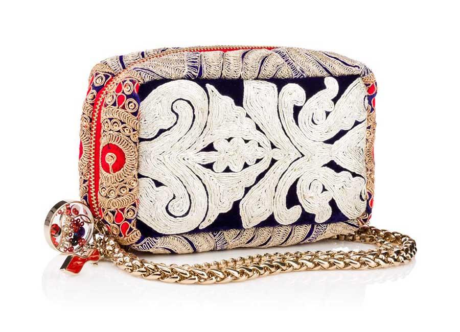 Alta Moda: Piloutin Clutch – Come un prezioso cuscino, questa clutch riccamente decorata presenta una zip lungo tutto il corpo della borsa. E' arricchita da una tracolla dorata. Credits: Christian Louboutin