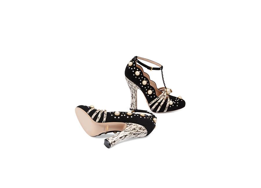Café Society: scarpa di Gucci in camoscio con elaborate perle di vetro e borchie di cristallo.