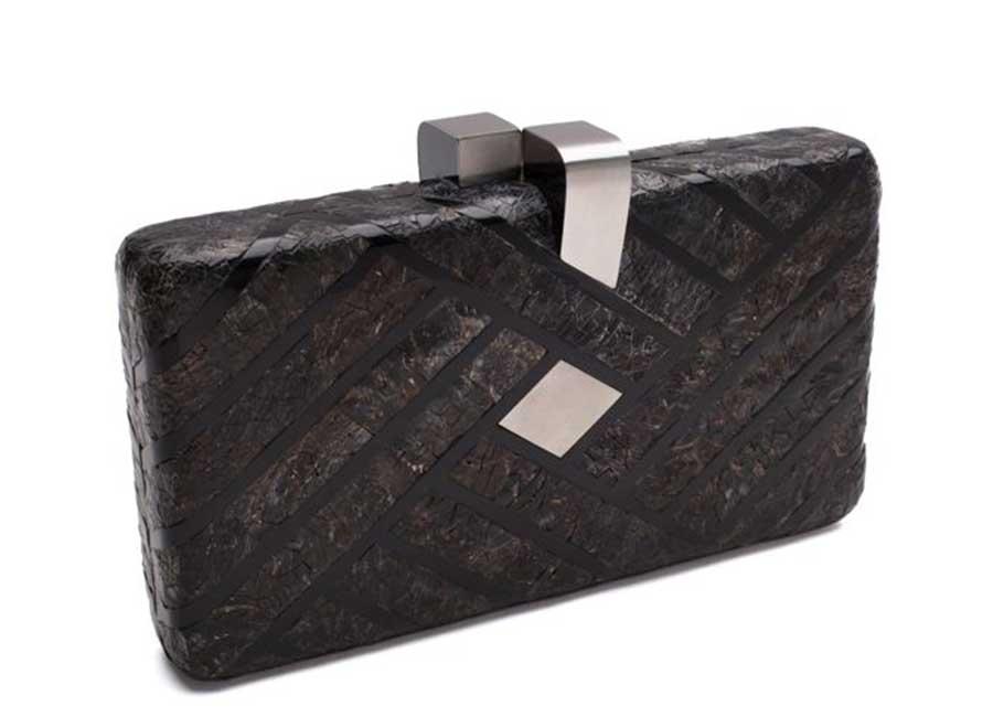 Alta Moda: Davis – clutch in resina nera con linguetta in acciaio - Credits: Nathalie Trad