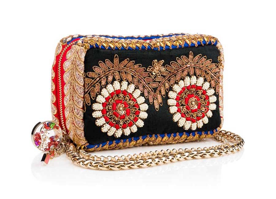 Alta Moda: Piloutin Clutch – Come un prezioso cuscino, questa clutch riccamente decorata presenta una zip lungo tutto il corpo della borsa E' arricchita da una tracolla dorata. Credits: Christian Louboutin