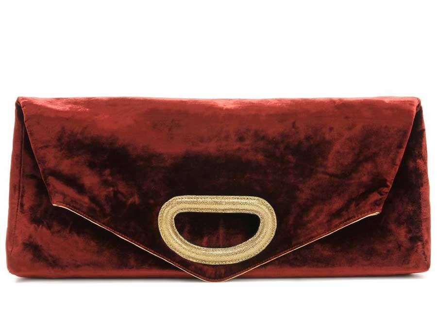 Alta Moda: Clutch in velluto bordeaux dalla silhouette allungata elegantemente rifinita dalla maxi fibbia dorata sul risvolto - Credits – Dries Van Noten