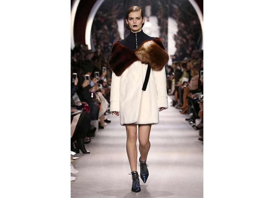Café Society: stola in pelliccia ecru e ruggine di Dior .