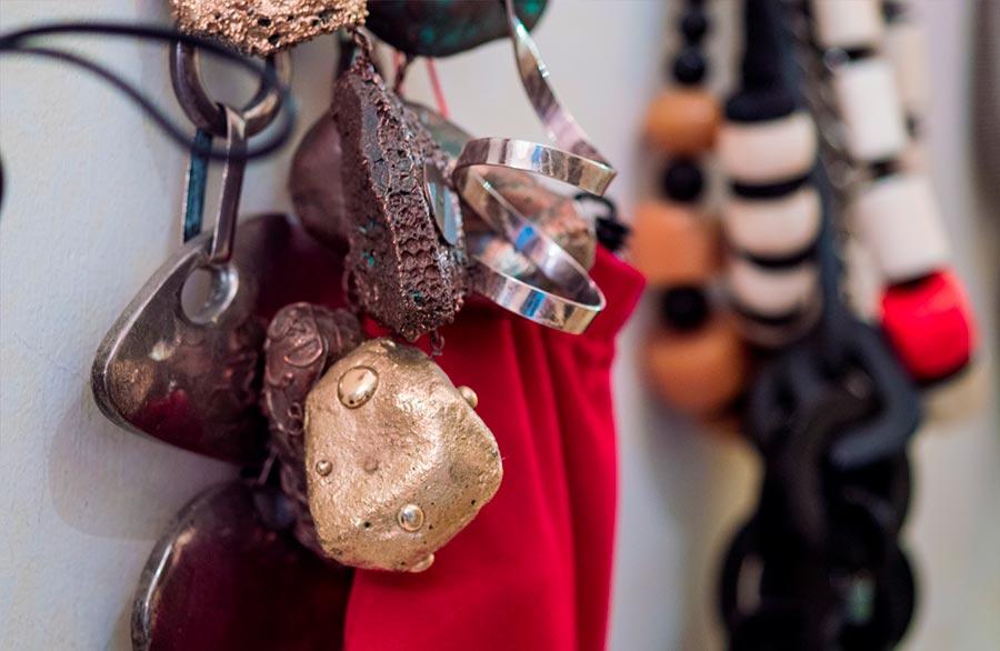 Marina Ripa di Meana particolari di oggetti ricercati che arricchiscono la parete