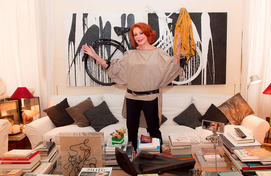 Marina Ripa di Meana nel suo lussuoso salotto davanti ad un'opera d'arte moderna