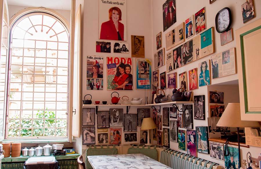 Marina Ripa Di Meana ambiente domestico - foto sulle pareti