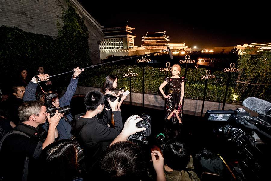 omega constellation - nicole kidman in posa notturna su terrazza con giornalisti