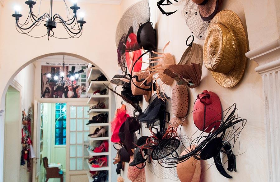 Marina Ripa di Meana la parete con cappellini haute couture e particolare della casa