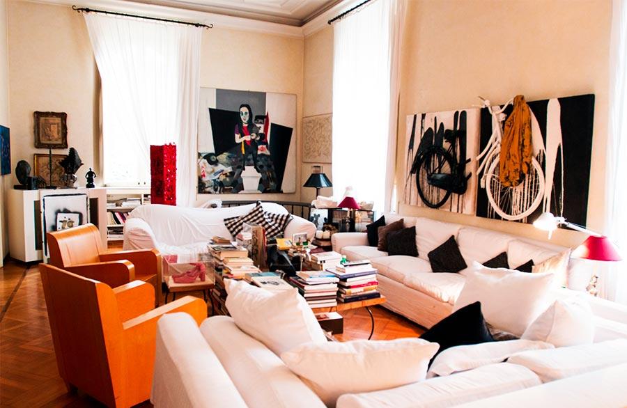 Marina Ripa di Meana il suo salone con divani bianchi di classe, quadri e opere d'arte