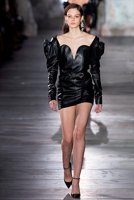 Milano Parigi - modella Saint Laurent , mini abito nero in pelle con decolletè nera allacciatura caviglia