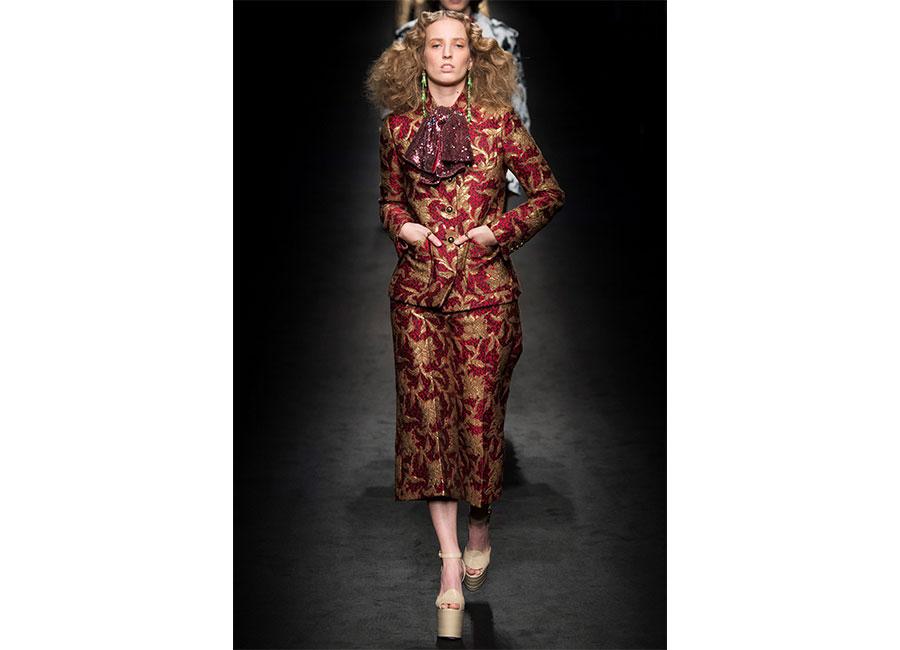 Broccato: Gucci completo giacca e pantalone lunghezza midi in broccato rosso rubino e ricami dorati